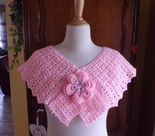 pelerine rose fleurie crochet